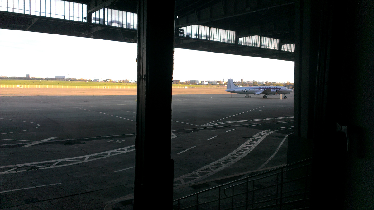 Das Tempelhofer Feld, aus dem ehem. Flughafen-Gebäude aus gesehen. Foto: Robert Ott