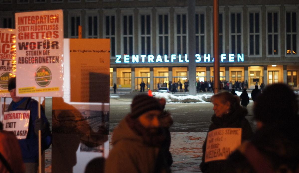 Proteste schon vor der Versammlung auf dem Platz der Luftbrücke (Foto: Robert Ott)