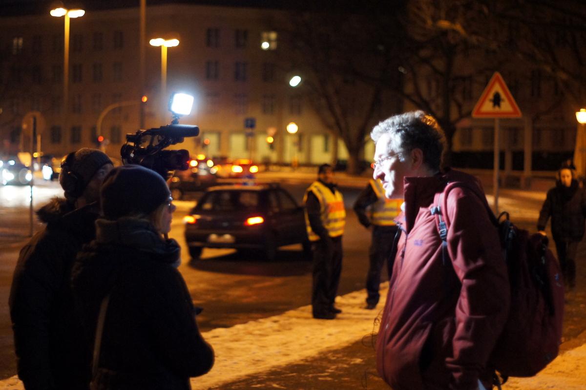 Georg Classen vom Flüchtlingsrat Berlin gibt ein Interview (Foto: Robert Ott)