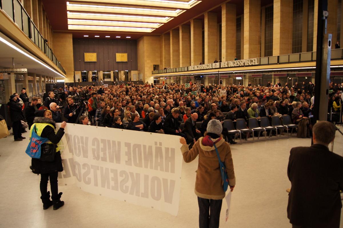 Über 1000 Menschen füllten die Abfertigungshalle des ehemaligen Flughafens Tempelhof (Foto: Robert Ott)