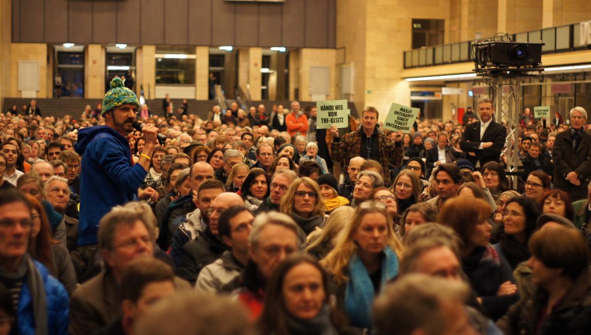 Olli von der Initiative 100% Tempelhofer Feld kritisierte vor allem, dass Alternativen zu Massenunterkünften nicht ausreichend berücksichtigt würden (Foto: Robert Ott)
