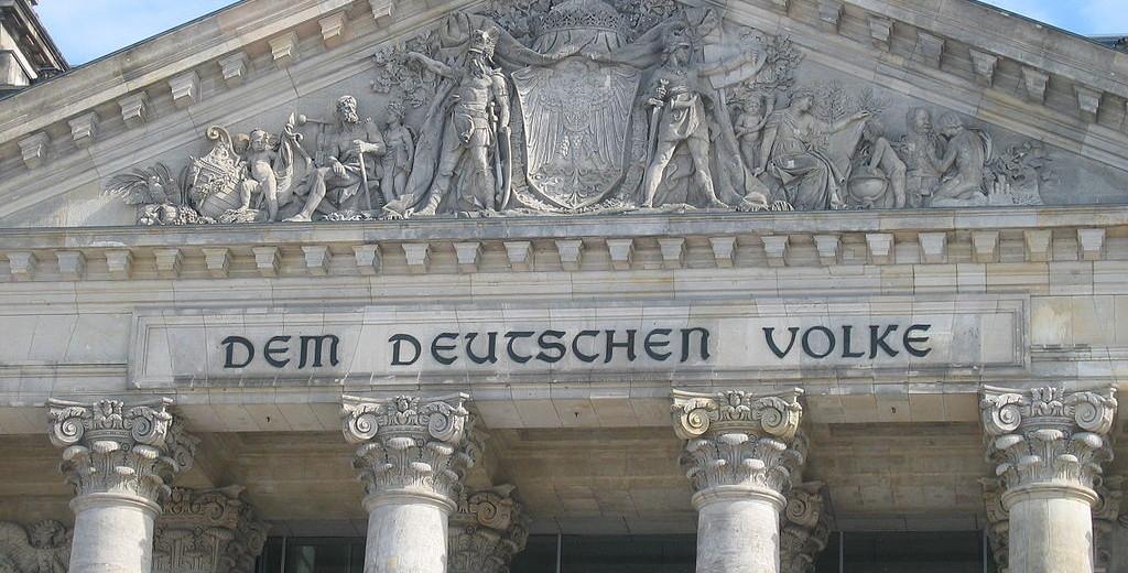 1024px-Reichstag_Giebel2