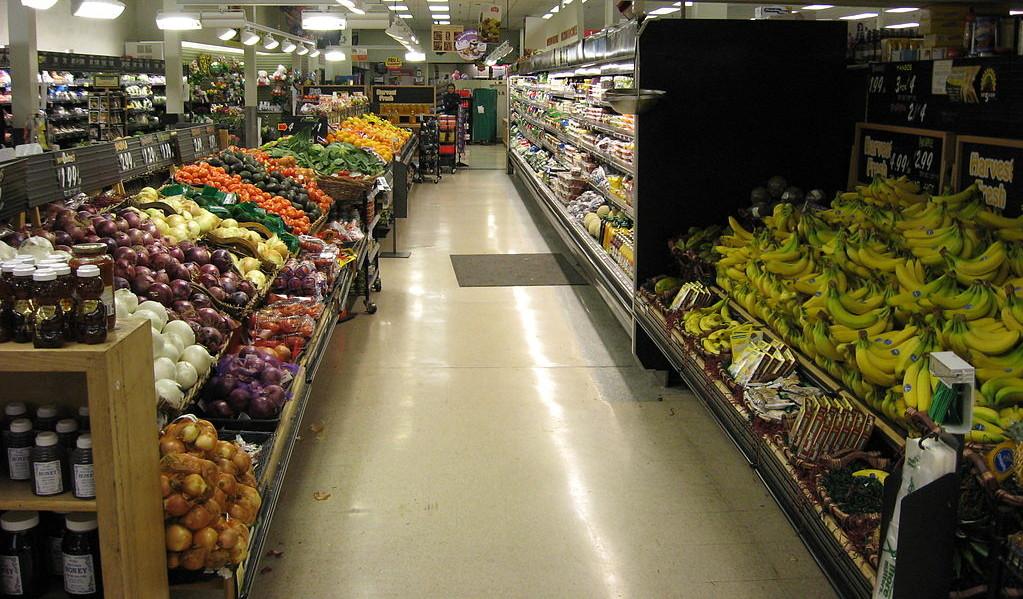 Frisches Obst und Gemüse in einem Supermarkt (Foto: Wikipedia-User Webkid~commonswiki, Ausschnitt)