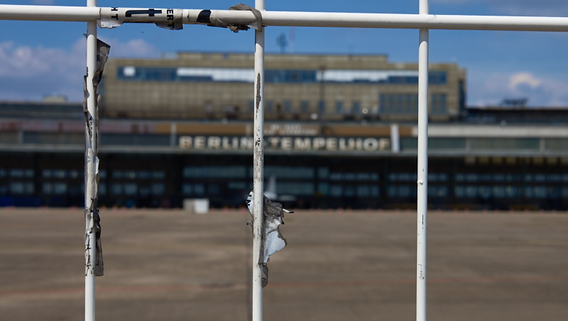 Vorplatz und Gebäude des ehemaligen Flughafens Tempelhof (Foto: Robert Ott)