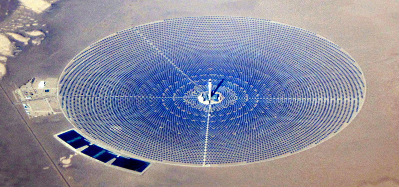 Das Crescent Dunes Solar Energy Project in Nevada (Foto: Amble auf Wikimedia, Ausschnitt, bearbeitet, Lizenz: CC BY-SA 4.0)