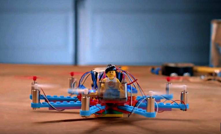 Eine mit Flybrix gebaute Drohne (Screenshot von Youtube)