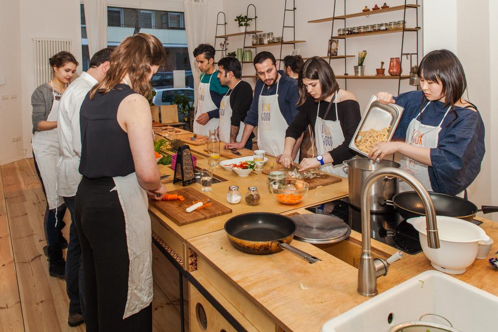 Ein Kochkurs im Über den Tellerrand-Hub in Berlin (Foto: Laura Fiorio/Über den Tellerrand)