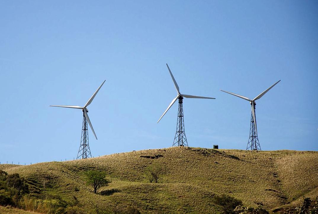 Windkraftanlagen in Costa Rica (Foto: Sbeebe, Lizenz: CC BY 2.0, Ausschnitt)