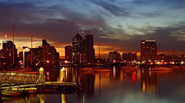 San Diego bei Nacht: Bis 2035 will die kalifornische Stadt 100% Versorgung durch erneuerbare Energien erreichen - trotz Trump