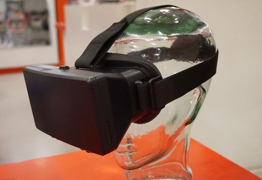 Ein Virtual-Reality-Headset auf einem gläsernen Kopf