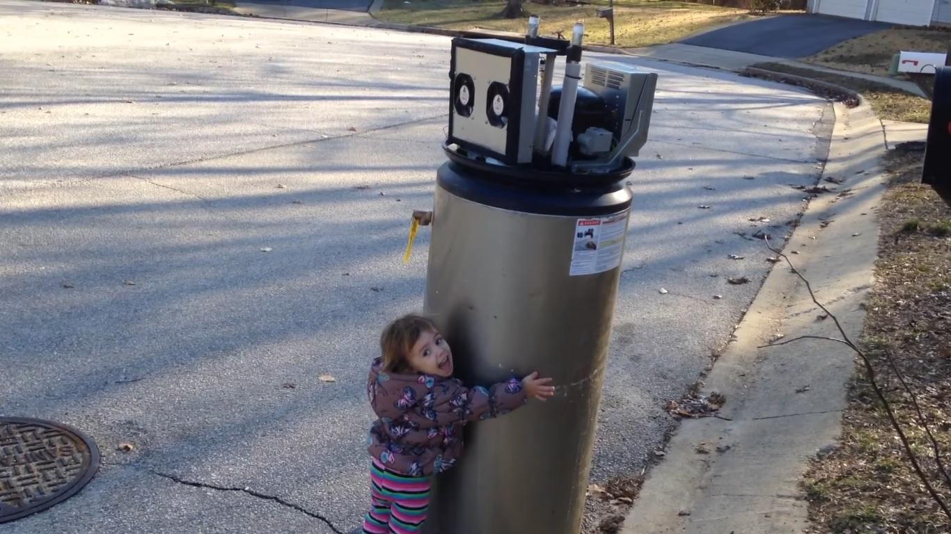 """Dieser """"Roboter"""" hat's der kleinen Rayna angetan (Screenshot von Youtube)"""